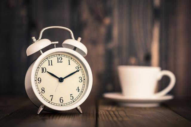時計とコーヒーカップ