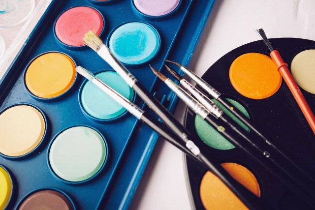 固形水彩絵の具と筆